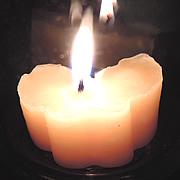 「ミツロウキャンドル プレゼントキャンペーン」ライトアップした画像です。